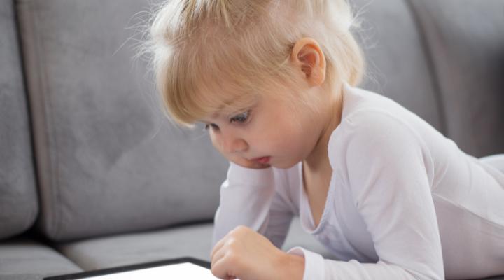 niños celulares y pantallas